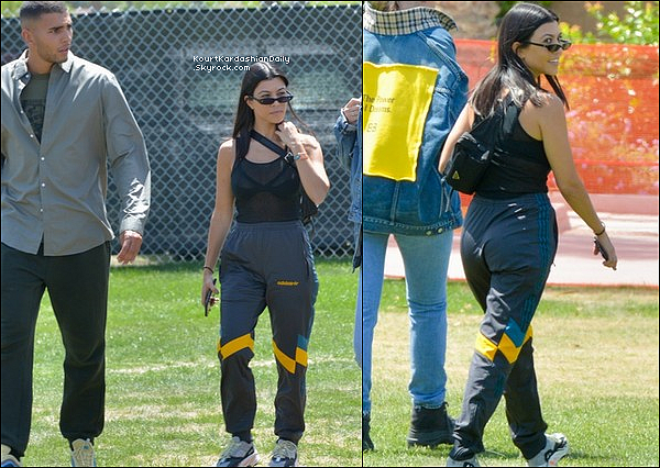 13/o4/2o18 : Kourtney, Younès, Kylie & Travis Scott sont arrivés au « Festival Coachella » - à Indio.  ● Kourtney porte des Lunette Roberi & Fraud, un Top Yeezy & des Baskets Adidas Yeezy à 730¤.