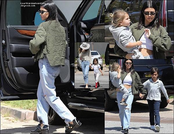 18/o4/2o18 : Kourtney a emmenée Mason, Penelope & Reign « Déjeuner au Restaurant » - à Malibu.  ● Kourtney porte des Chaussures Balenciaga.