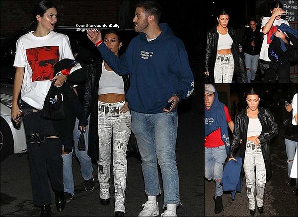 o1/o5/2o18 : Kourtney & Kendall sont allées à un « Concert » - à West Hollywood.  ● Kourtney porte un Pantalon Moschino.