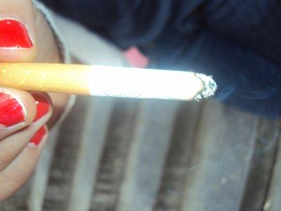 Je fume, je finis par croire que comme cette cigarette noire je te nuis ma beauté.