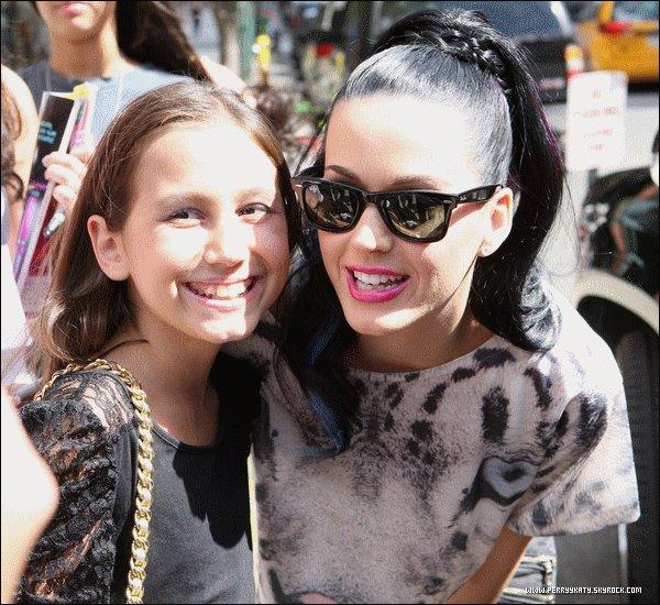 . Candids | 28.08.10 - Katy et ses fans devant son hôtel. .