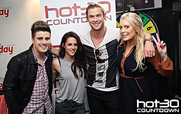 . Kristen et Chris étaient dans les studios de hot30 countdown à Sydney. Ils ont du vraiment bien s'amuser :) J'adore le top de Kristen. .