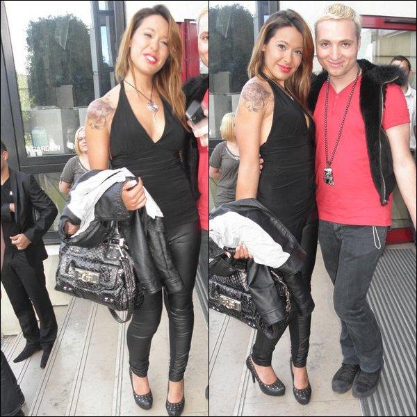 * 28/05/11 : Daniela posant avec des fans lors de son passage passage chez Goom Radio.