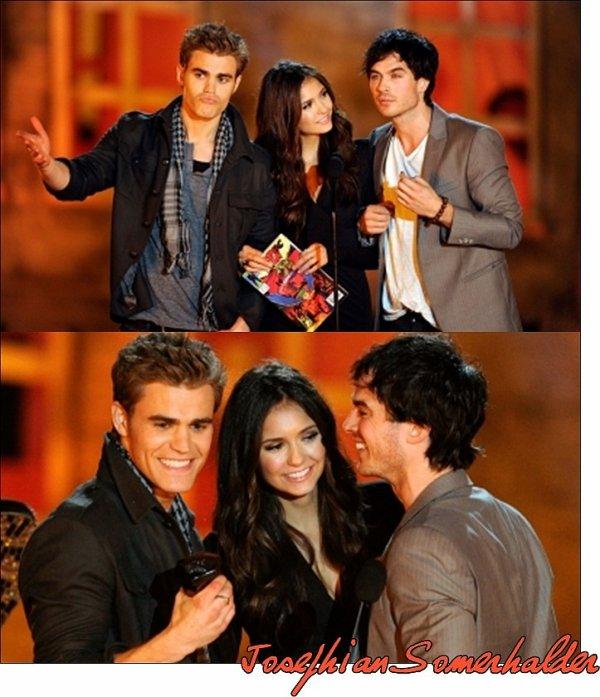 Hier soir, 16 octobre, notre TRIO préféré était présent aux SCREAM AWARD 2010 On dirait que notre Nina était fasciné par Ian   ^^  De plus Nina était Sublime ainsi que Paul & Ian   $)  Qu'en pensez-vous ??
