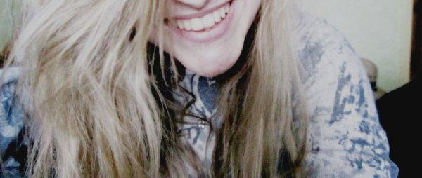 """""""Oh arrêtes de sourire ! Ton sourire là qui pu l'échec ! [...] D'un autre côté, t'as raison... C'est tellement plus facile de sourire plutôt que d'être heureux."""""""