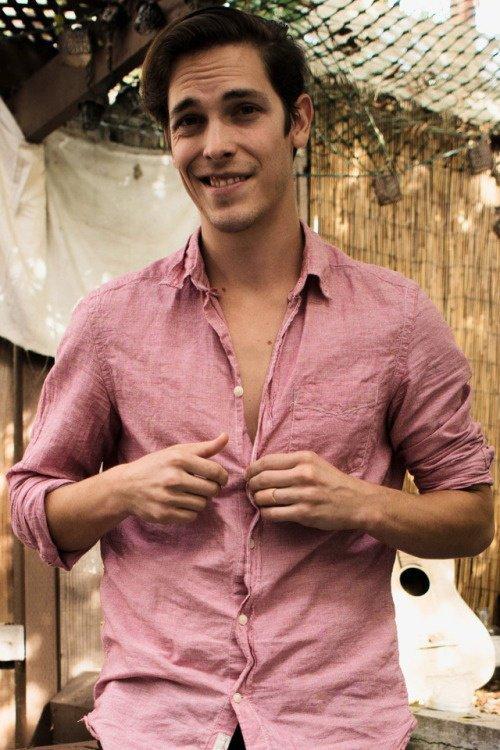 Sourire et chemise rose