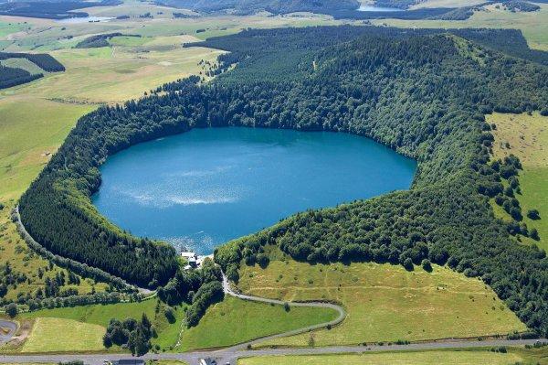 Le lac  Pavin, fils des volcans au c½ur du Massif central