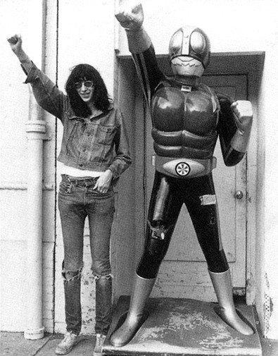 Les Ramones enviaient peut-être le don des Pistols pour l'autodestruction, mais ils ont pigé vite fait qu'ils devraient passer le reste de leur vie sur la route. (Danny Fields, manager)
