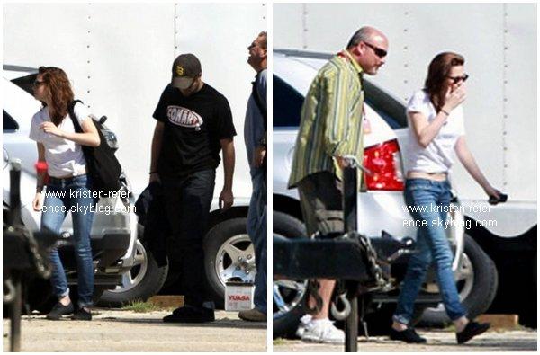.                                                                                                                                                                                                                      15 Octobre 2010 - Kristen et Robert arrivant sur place à Baton Rouge, où sera le tournage de Breaking Dawn                                                                                                                                    .                                                                                                                                                            Sa tenue TOP ou FLOP ?                                                                                                                                                                                                                   .