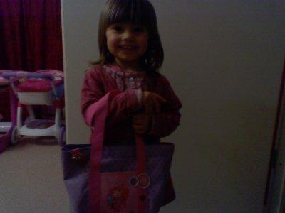 noémy  avec son petit sac charlotte aux fraises