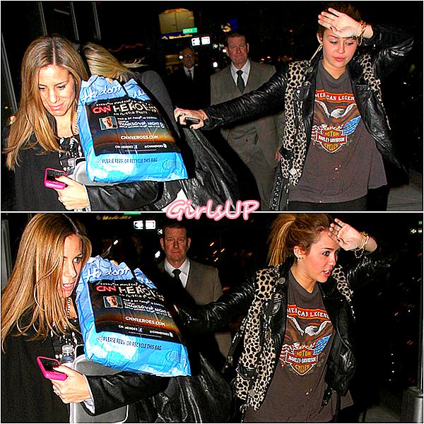 8 novembre - Miley à coté d'un restaurant.