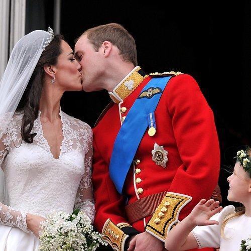 Photo: Le baiser de William et Kate