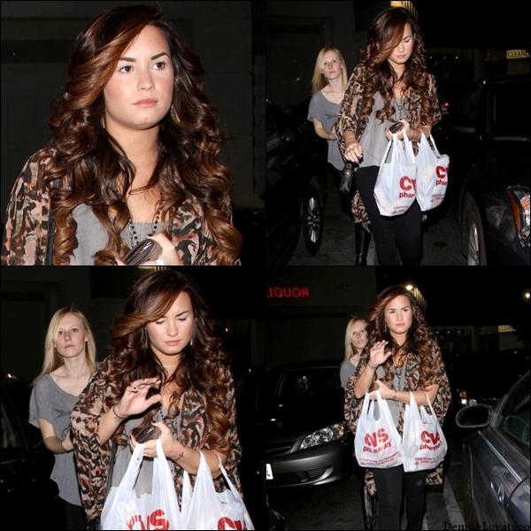 """30/10/2011 : Demi a été vue sortant de la pharmacie """" CVS """" avec une amie. Demi n'as pas l'air contente de voir les paparazzis, mais en même temps ça se comprend."""