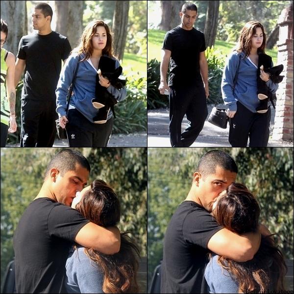 1/11/2011 : Demi a été vue sortant d'une résidence privée avec Wilmer Valderrama et  une amie à Los Angeles. Vu les photos on peut dire qu'elle est en couple avec Wilmer  ( acteur de 31 ans ). Et oui 12 ans de différence !