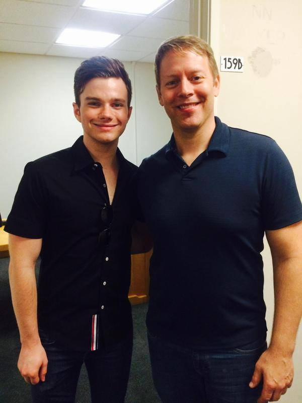 "Chris Colfer Dans les studios de ""On Air With Tony Sweet""."
