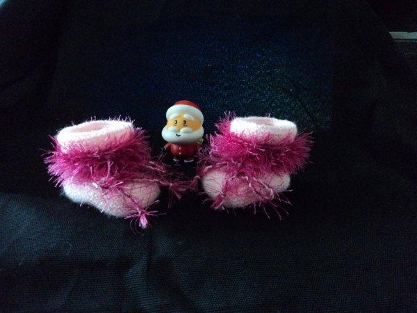 chausson tricoté pour ma petite- fille qui doit naitre début janvier, je serais pour la quatrieme fois grand-mere que du bonheur