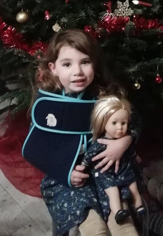 Joyeux Noël. Gaïa avec sa poupée Juliette sergent major