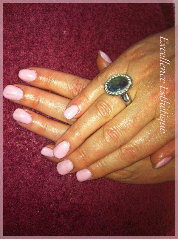 Ongles couleur gel UV rose pastel.