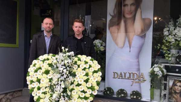 4 ans que mehdi et christophe ont en charge la fabrication des fleurs pour l'hommage annuel...