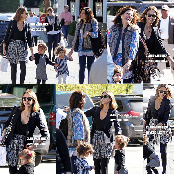 i__~ 2 Fevrier : Jessica & Honor étaient de sortie , avec l'une de ses amies & sa fille . La tenue de Jessica est superbe ! Je l'adore , puis Honor est trop chou ^^ Toi tu aimes sa tenue ?  __i