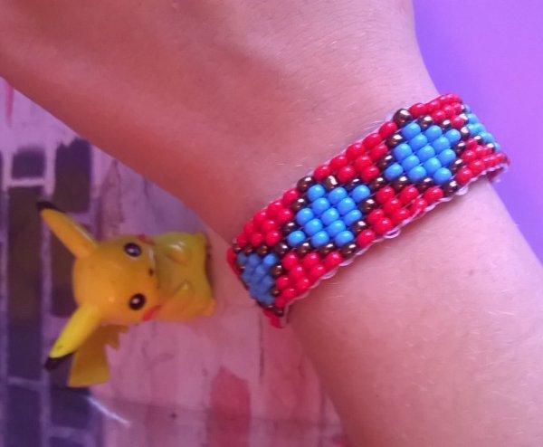 premier petit bracelet de ma vie avec le métier a tisser pas mal non ?