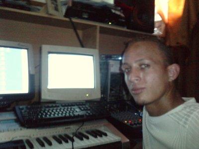 Moi dans mon local de son, Home studio!! Lol