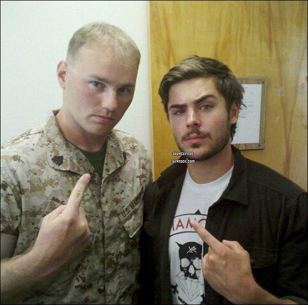"""---------- Scandale : Zac Efron se fait insulter par un marin ! ---------- Zac Efron s'est rendu chez les Marines pour les besoins techniques de son nouveau film  """"The lucky one"""", où il incarnera un marin Logan Thibault qui revient en Caroile du nord, après son service en Irak pour retrouver une femme qui l'a connu à travers une photo qui s'est avérée lui porter chance. Il a alors pu voir la vie en bâteau et poser quelques questions sur la vie des marins. Un marine a alors posté sur son compte Facebook cette photo ci-dessous, accompagnée de ce message «Hahaha zac efron était dans notre battalion aujourd'hui. Oui, cet enfant de High School Musical, quand il est rentré j'ai dit : """"qui est ce pédé?"""" bwahahahah !!! Apparement, il va jouer un marine et était venu posé quelques questions que je connais»... L'acteur n'a pas encore témoigné à propos de cette histoire... ----------"""