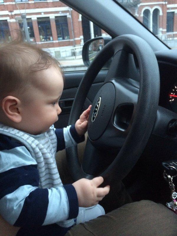 Petit garçon qui apprend déja à conduire avec la voiture de Maman