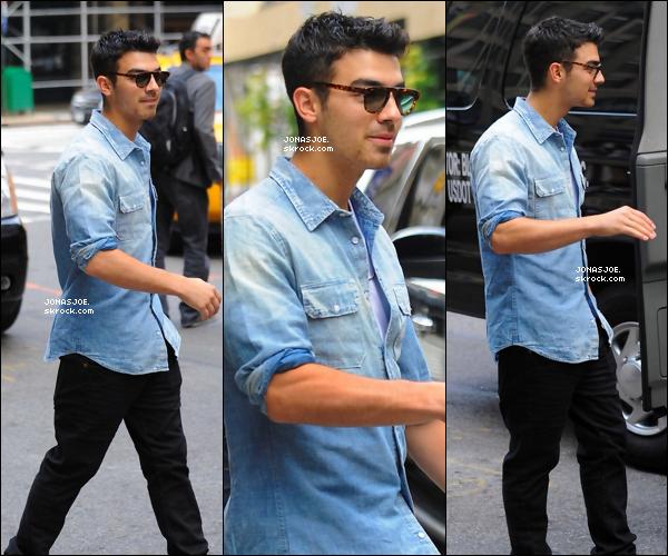 . 19/08/11 : Mister Jonas à été vu quittant son hôtel à New York City. Je lui donne un top ! & vous top ou flop ?.