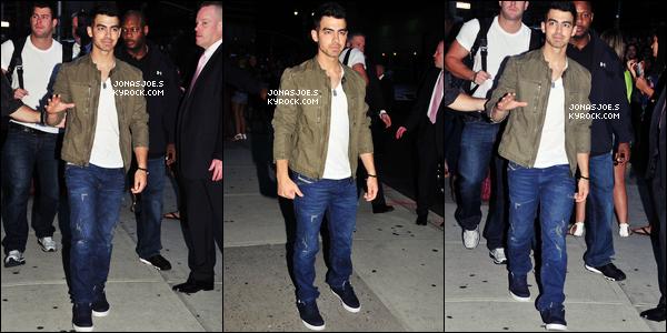 . 22/08/11 : Joe à été vu arrivant devant le studio Letterman il en à profiter pour signer des autographes !.