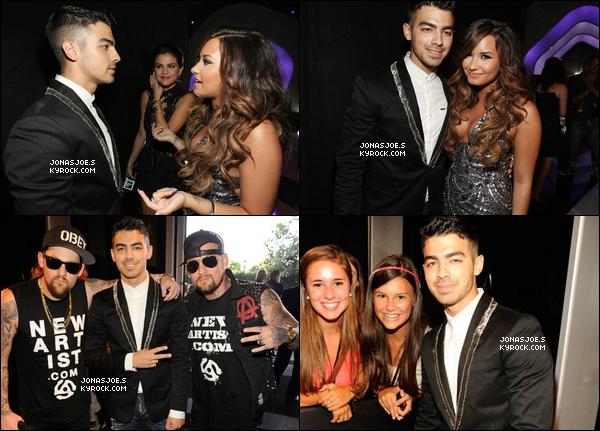 . 29/08/11 : Joe Jonas était au MTV Music Vidéo Awards. On peut y voir Demi Lovato & Selena Gomez (derrière)..
