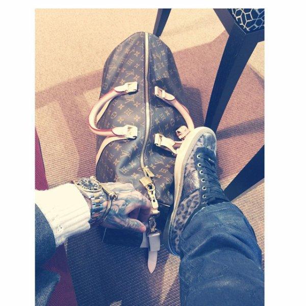 Bill instagram : journée de voyage#retour à la maison#retour à LA#après la tournée#louisvuiton#jimmychoo#dior#saintlaurent#rolex.    Travel day #homeward #earlymorning #backtoLA #aftertour #louisvuitton #jimmychoo #dior #saintlaurent #rolex