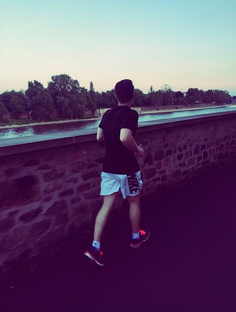 Georg instagram : Cours garçon cours 💦   Run Boy Run 💦