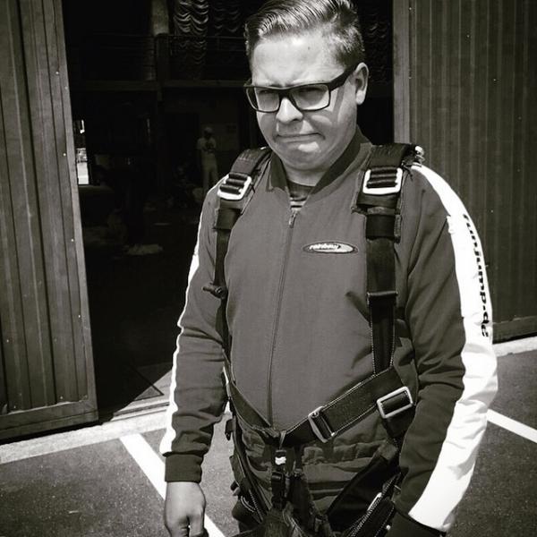 Gustav instagram : Priez pour moi   🙏🏻🙏🏻🙏🏻😰 #saut en parachute.   Pray for me.🙏🙏🙏😰#skydive