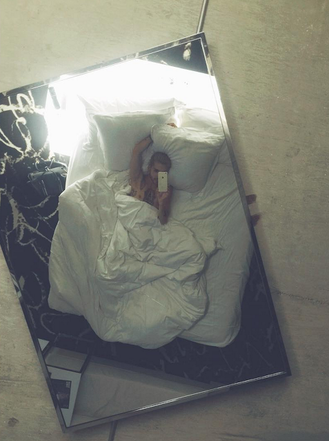 Bill instagram : last time in Vegas I had a mirror above my bed + it was glowing in the dark #onlyinvegas #bedselfie