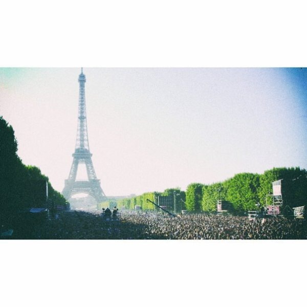 tokio hotel instagram :  !tokiohotelHappy #BastilleDay France A very special day for us too, such great memories ✨ 👽 🙌 ! le 14 juillet 2007