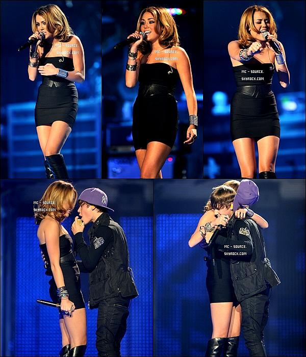 31/08/10 - Miley Chantait « Overboard » au concert de Justin Bieber à New York.  Dia, comment elle le sharke..  Ceci est un article flash back, il sera plus tard déplacé à la fin du blog.
