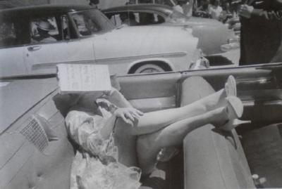 Marilyn sous son journal pour se proteger du soleil durant le tournage des Misfits en 1960