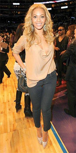 Beyonce était au NBA allstar game , elle portait un haut soyeux couleur nude <3 et un jeans skinny . coup de <3 pour la tenue =)