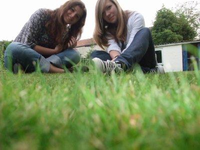 Moi et Cha sur l'herbe de chez ma mamy