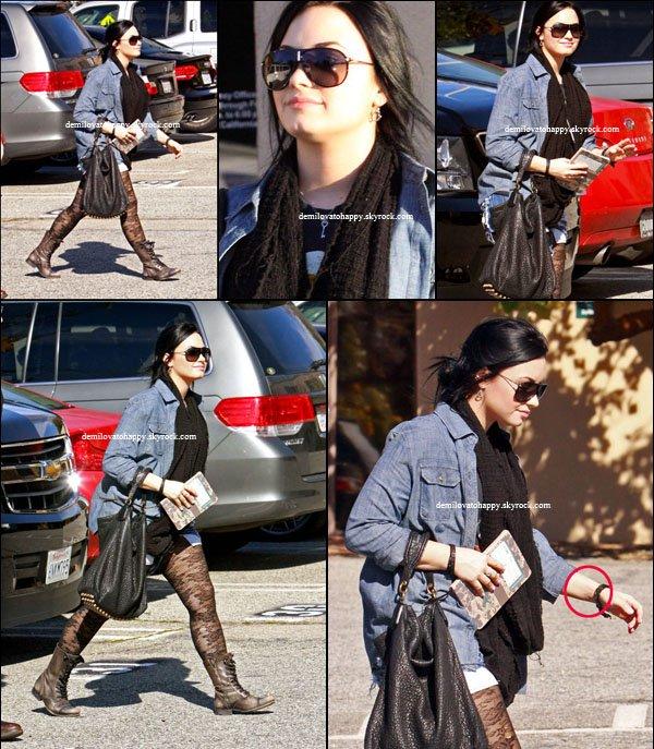 """La rumeur qui disait que Demi Lovato souffrait de troubles alimentaires était donc vraie ! Après s'être fait soigner pour ses problèmes d'ordres émotionnels, la star attaque maintenant la phase de stabilisation en traitant le côté nutrition. Hier Demi a été vu, se rendant dans un centre appelé Centre contre les troubles alimentaires """"Nouveau chemin"""", à Santa Monica (là où elle s'est montrée pour la première fois après sa sortie de rehab). Demi Lovato aurait pu se cacher, avoir honte, mais non, elle semble avoir une attitude très positive : elle va mieux, mais va apprendre à aller encore mieux (c'est pour ça qu'elle a emporté un petit carnet)."""