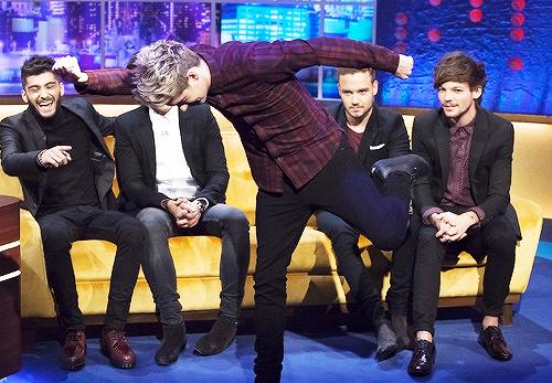 Niall est étrange ok, mais regardez le magnifique sourire de Zayn, les pieds chelou d'Harry, et la tête de pédophile de Liam xDD