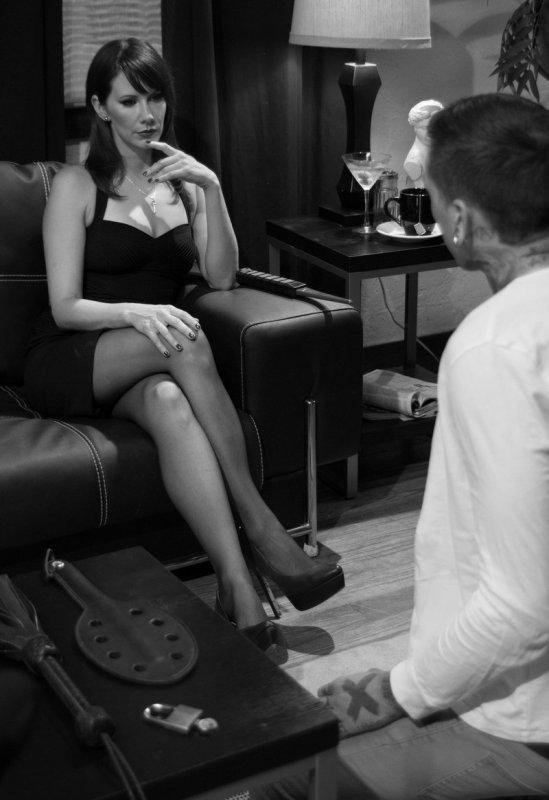 a genoux devant la sublime Maitresse Madeline Marlowe
