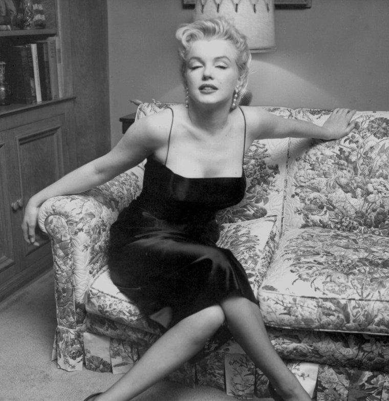 """1956 / by Earl LEAF... Il y eut une « press party », pour le tournage de « Bus stop » dans la maison de North Beverly Glen Boulevard, ainsi qu'une soirée donnée par le magazine """"Look """""""