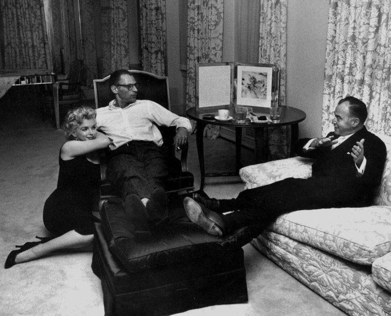 1958 / by Robert W KELLEY... Marilyn et Arthur recevant le producteur et ami Kermit BLOOMGARDEN  dans leur appartement de New-York, au 444 east, dans la 57ème rue, appartement 13 E, 13ème étage. (voir plan de l'appartement).
