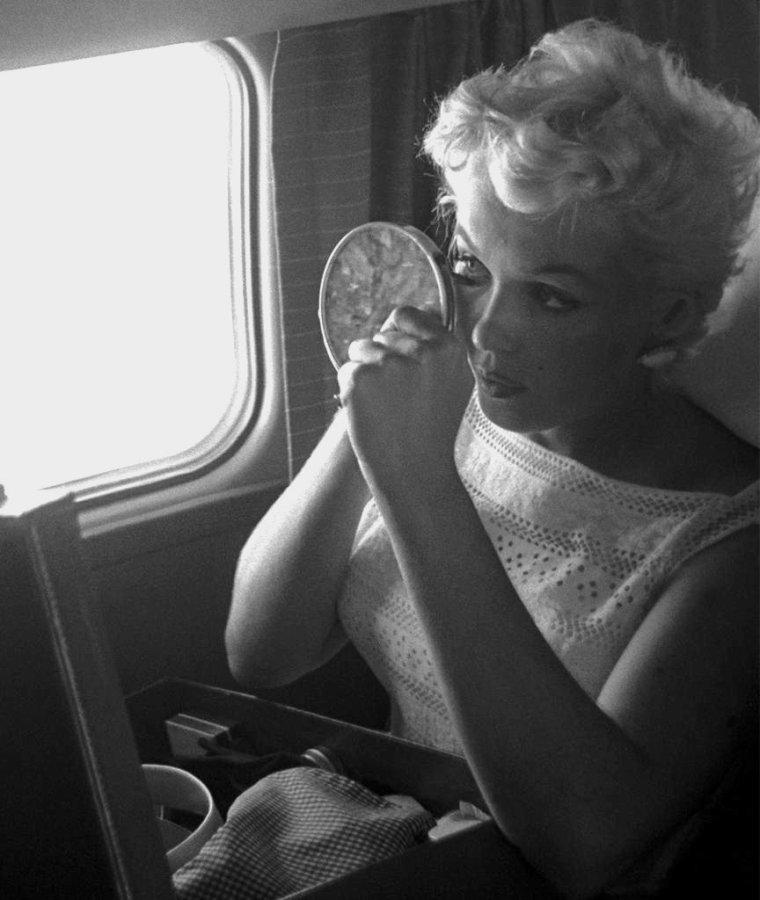 1955 / by Eve ARNOLD... / Marilyn se rendit à Bement (Illinois) pour inaugurer un musée Abraham LINCOLN à l'occasion du centenaire de la ville. A sa demande, elle fut accompagnée de la photographe Eve ARNOLD, qu'elle avait invité pour couvrir l'événement. Elle partit de La Guardia à 10 heures, et atterrit à Chicago où elle fit une escale de deux heures. Puis elle changea d'avion pour aller à Champaign, d'où un cortège automobile avec escorte des motards du gouverneur, l'accompagnèrent jusqu'à Bement. Elle assista à  une exposition d'½uvres d'art (quelques pièces d'art primitif avaient été prêtées par un musée de Chicago). Pour l'inauguration du musée LINCOLN, elle prononça un discours qu'elle avait préparé dans l'avion. Elle accorda aussi une série d'interviews à la radio et à la presse locales.  Eve ARNOLD la photographia lors des pauses entre les festivités. Elle reprit l'avion pour New York à Chicago et décolla vers 23 heures. Elle arriva à La Guardia vers 2 heures du matin.
