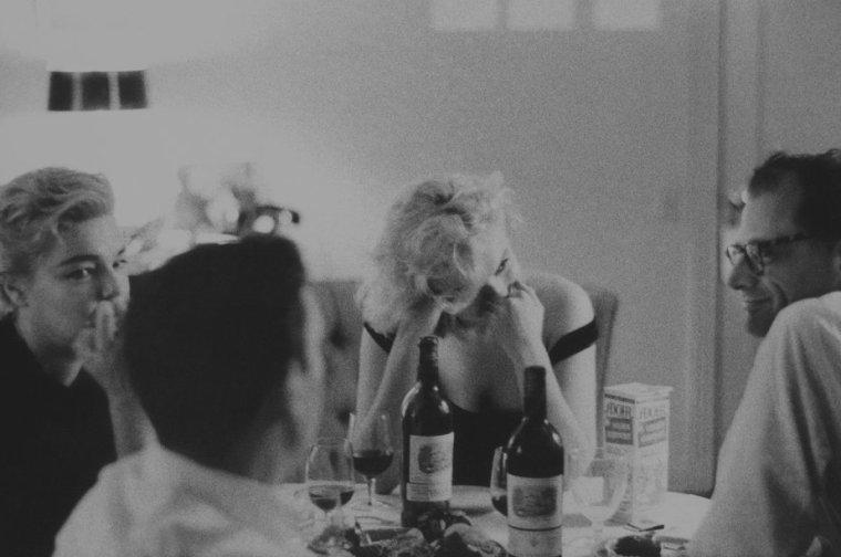 """1960 / by Bruce DAVIDSON (Marilyn, Arthur MILLER, Yves MONTAND and Simone SIGNORET, Beverly-Hills Hotel). / Yves MONTAND et Simone SIGNORET logeaient au bungalow n° 22 du Beverly Hills Hotel ; celui de Marilyn et MILLER était le n° 21. Après les tensions de l'année passée, Marilyn et Arthur semblaient avoir conclu une trêve ; ils espéraient que « The misfits » (véritable gage d'amour de la part de MILLER) allait rétablir l'harmonie dans leur vie conjugale. MILLER connaissait MONTAND depuis 1956, et les deux couples avaient passé de nombreuses et agréables soirées ensemble en septembre 1959, lorsque MONTAND triomphait à Broadway. Ils dînaient maintenant tous les soirs ensembles au restaurant, d'un plat de spaghettis ou d'un ragoût d'agneau, après les répétitions.  Tandis qu'Yves MONTAND  se perfectionnait en anglais et essayait de comprendre un scénario mal structuré et sans humour (celui du """"Milliardaire""""), Simone SIGNORET, qui était entre deux tournages, faisait du shopping et flânait dans Beverly Hills."""