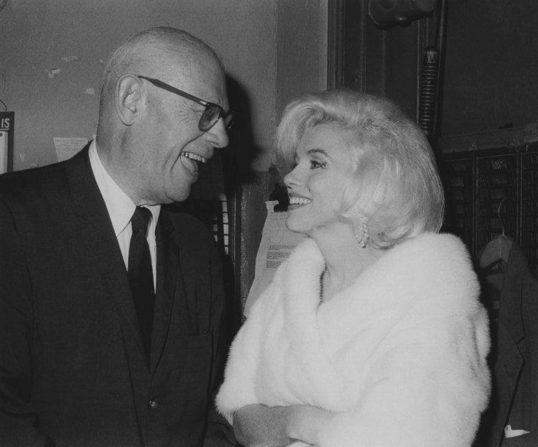 """19 Mai 1962 / """"Happy birthday Mr President !"""" / L'arrivée de Marilyn aux côtés de Pat NEWCOMB et Isadore MILLER ; Marilyn ne savait pas qu'en tenant cet engagement elle offrait à la Fox un argument pour la congédier du tournage de « Something's got to give ». Ce fut la dernière occasion connue où Marilyn rencontra John FITZGERALD KENNEDY ; elle susurra « Happy birthday » devant 17 000 démocrates et de nombreuses stars au Madison Square Garden (Ella FITZGERALD, Peggy LEE, Henry FONDA, Maria CALLAS, Harry BELAFONTE, Peter LAWFORD...) réunis pour soutenir financièrement la campagne présidentielle de John F KENNEDY. Comme tout le monde, Marilyn s'acquitta du droit d'entrée de 1 000 $."""