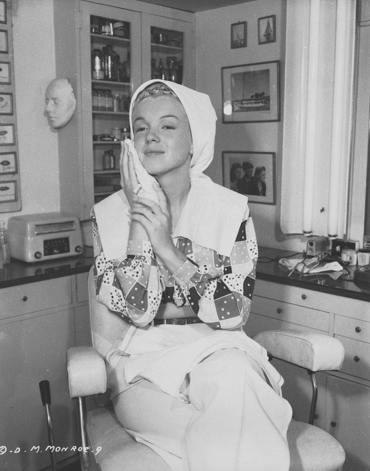 """1948 / by Ed CRONENWERTH... Séance maquillage pour la jeune Marilyn dans les studios de la Columbia pictures alors qu'elle tourne """"Ladies of the chorus""""."""