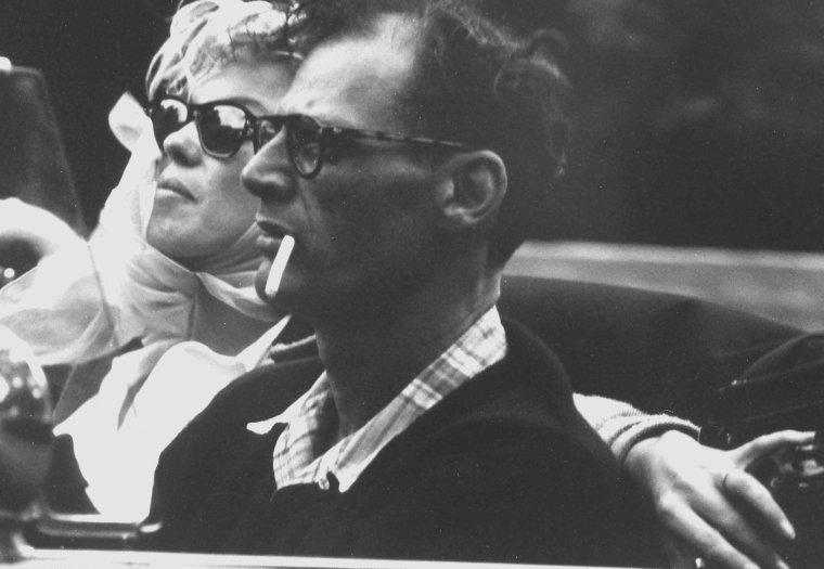 1956 / by Paul SCHUTZER...  Marilyn et Arthur MILLER quittent New York en juillet 1956, et se rendent dans le Connecticut (dans la propriété d'Arthur à Roxbury). Dans New York, ils passent prendre Milton GREENE et s'arrêtent à un stand ambulant pour manger des hot-dog et boire du coca. Puis ils reprennent la route : Arthur fait le plein à une station service.